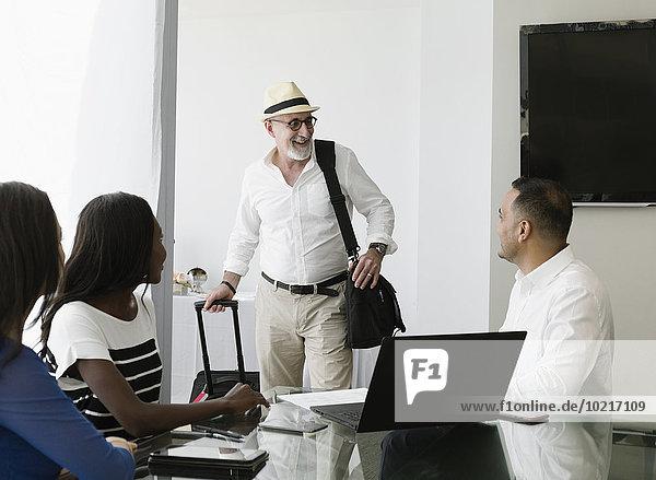 Geschäftsmann grüßen Büro Besuch Treffen trifft Kollege
