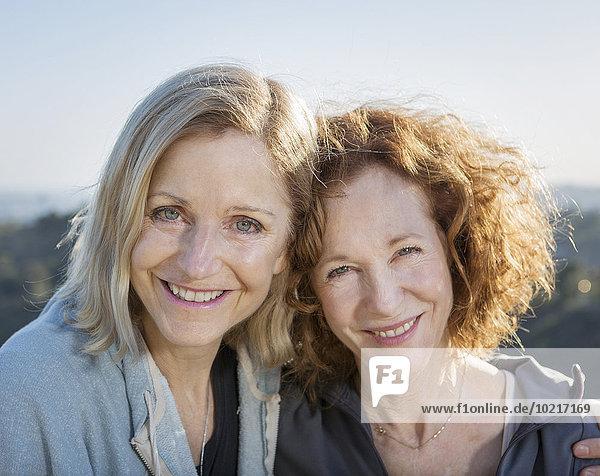 Europäer Frau umarmen lächeln Close-up close-ups close up close ups