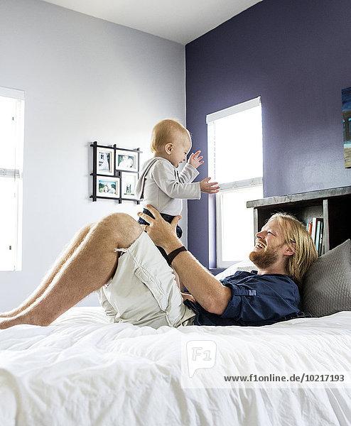 Europäer Menschlicher Vater Sohn Bett spielen