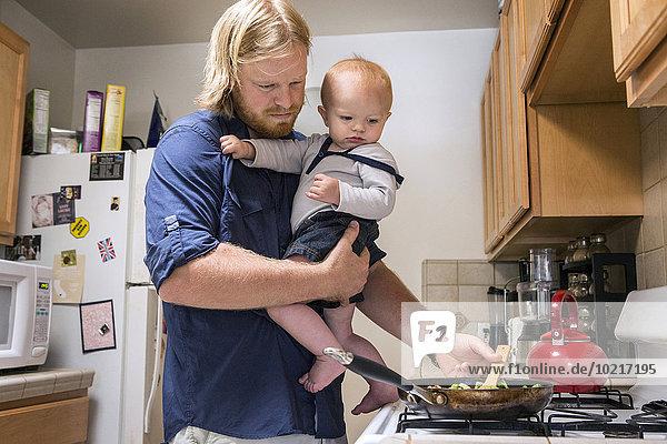 kochen Europäer Menschlicher Vater Sohn halten