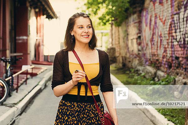 Europäer Frau gehen Straße Großstadt