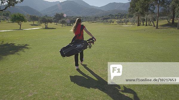 Europäer Frau tragen Tasche Golfsport Golf Kurs
