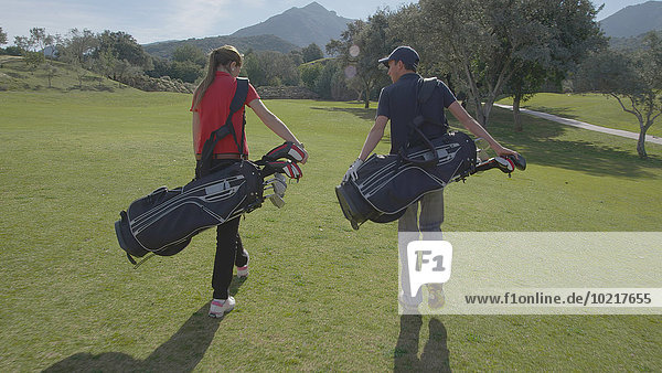 Europäer tragen Tasche Golfsport Golf Kurs