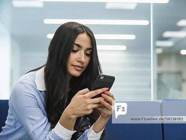 Handy benutzen Eingangshalle Geschäftsfrau mischen Büro Mixed