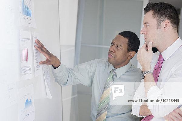 Geschäftsmann Wand Büro Diagramm Untersuchung