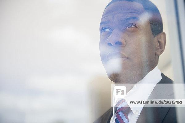 Geschäftsmann Fenster Büro hinaussehen