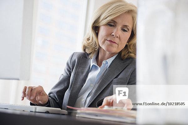Europäer Geschäftsfrau arbeiten Büro
