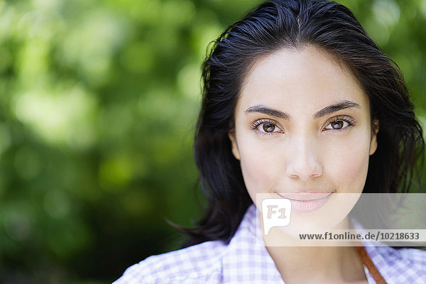 Außenaufnahme Frau lächeln Hispanier Close-up freie Natur