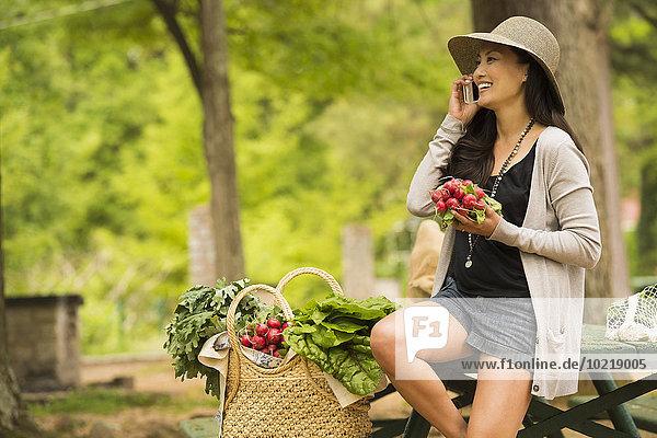 Handy Frau sprechen Picknick Tisch