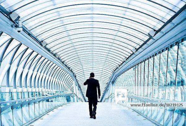 Handy Europäer sprechen Geschäftsmann Tunnel