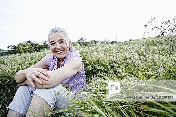 sitzend Europäer Frau groß großes großer große großen Gras sitzend,Europäer,Frau,groß,großes,großer,große,großen,Gras