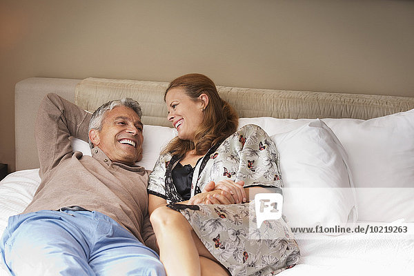lachen Entspannung Bett