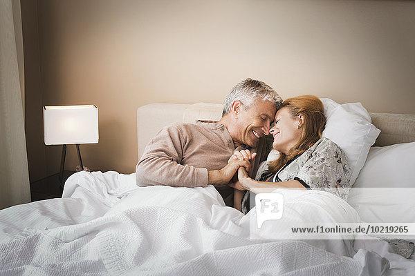 lächeln halten Bett