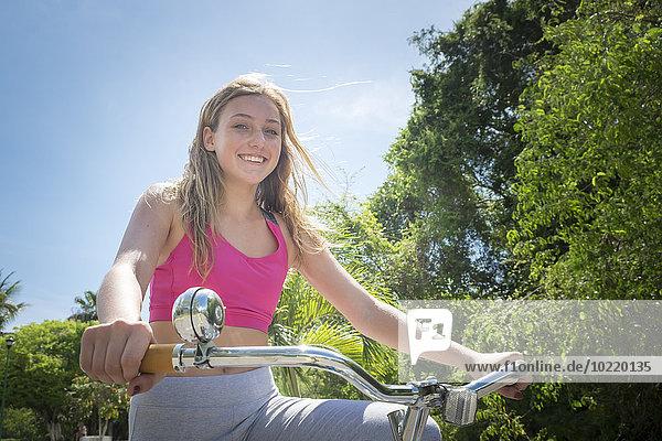 Mexiko  Nayarit  Porträt eines lächelnden Mädchens auf einem Fahrrad