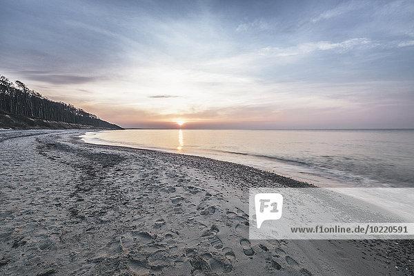 Deutschland  Nienhagen  Blick zum Strand bei Sonnenuntergang