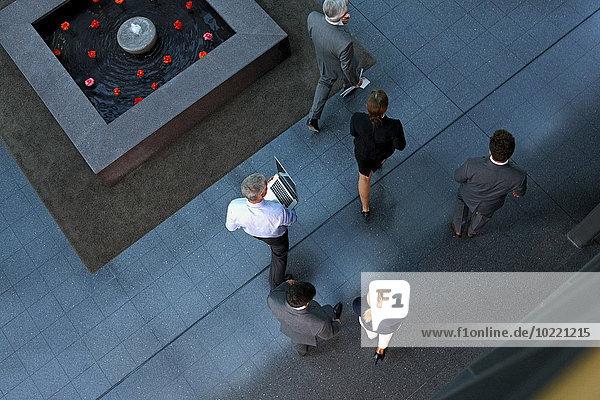 Draufsicht auf Geschäftsleute  die durch die Lobby gehen