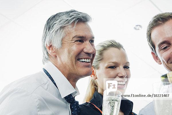 Geschäftsteam trinkt Champagner und feiert Erfolg im Büro