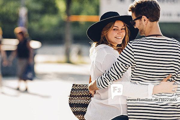 Verliebtes junges Paar geht Arm in Arm