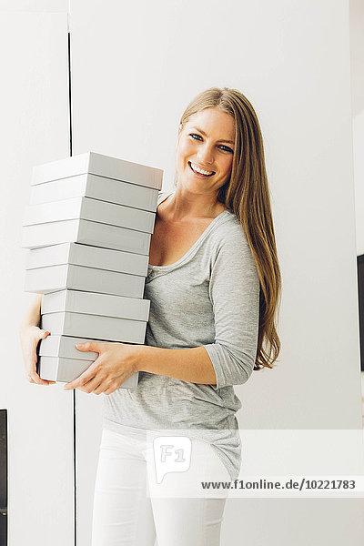 Glückliche Frau mit Kistenstapel