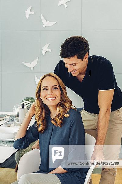 Lächelndes Paar bei Tisch