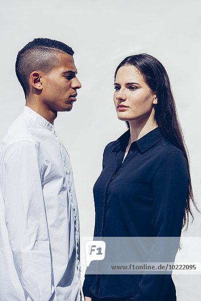 Stilvolles junges Paar vor weißem Hintergrund
