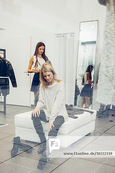 Junge Frau beim Schuhkauf in einer Boutique