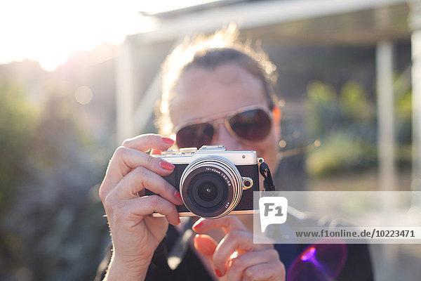 Frau hält Kamera