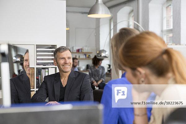 Lächelndes Geschäftsteam im Büro