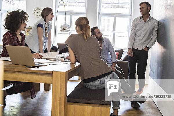 Kollegen im Amt bei einem informellen Treffen