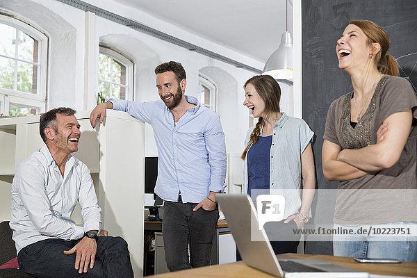 Kollegen lachen im Büro