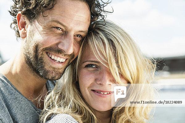 Porträt eines lächelnden Paares im Freien