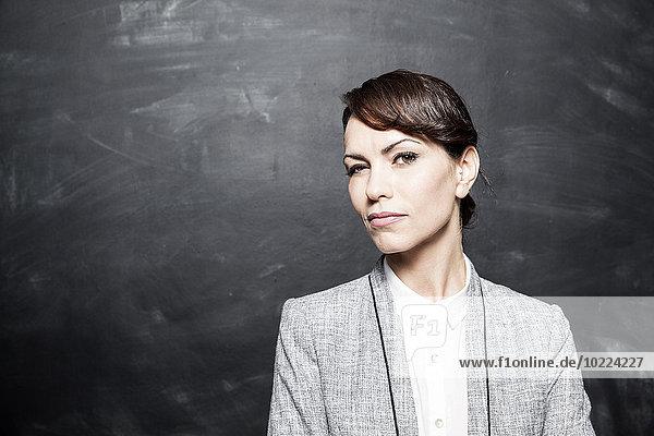 Porträt einer dunkelhaarigen Geschäftsfrau