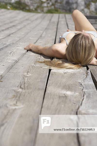 Junge Frau beim Sonnenbaden auf dem Sonnendeck