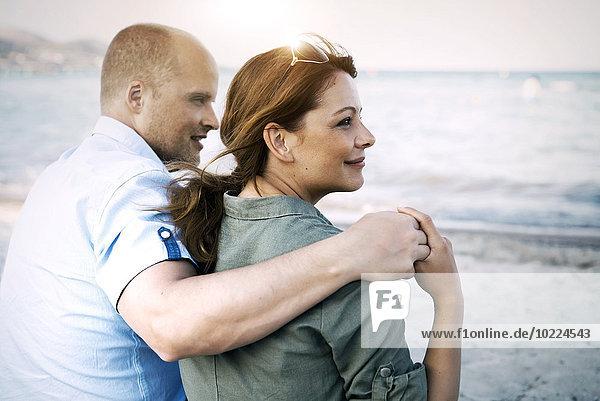 Spanien  Mallorca  Alcudia  Paar am Strand entspannen
