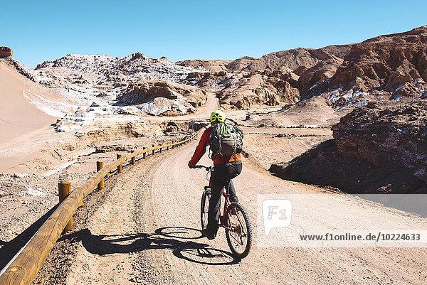 Chile  Mann auf dem Mountainbike durch das Valle de la Luna  Atacama-Wüste