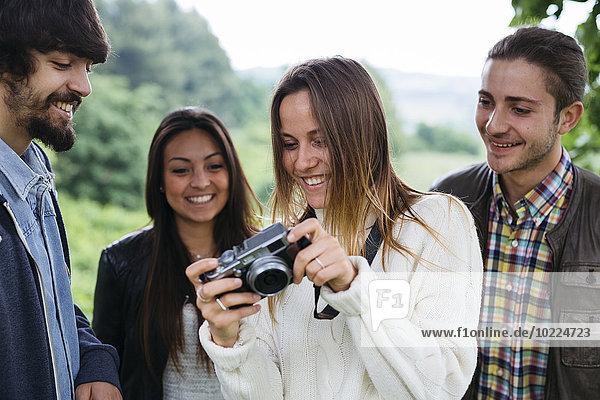 Gruppe von vier Freunden mit einer Kamera
