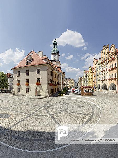 Polen  Niederschlesien  Jelenia Gora  Hirschberg  Rathaus umgeben von barocken Mietshäusern mit Arkaden