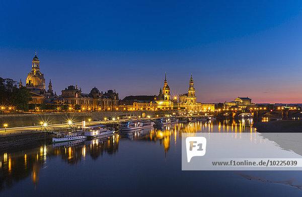 Deutschland  Sachsen  Dresden  Beleuchtete historische Altstadt mit Elbe im Vordergrund bei Nacht