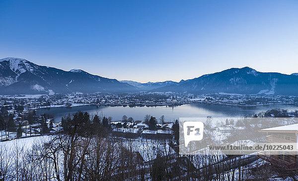Deutschland  Bayern  Tegernsee  Blick über den See nach Rottach Egern bei Dämmerung