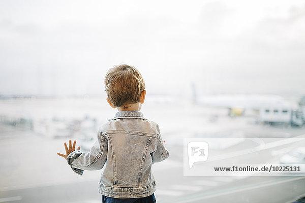 Spanien  Barcelona  Rückansicht des kleinen Jungen beim Blick durchs Fenster auf den Flughafen Spanien, Barcelona, Rückansicht des kleinen Jungen beim Blick durchs Fenster auf den Flughafen