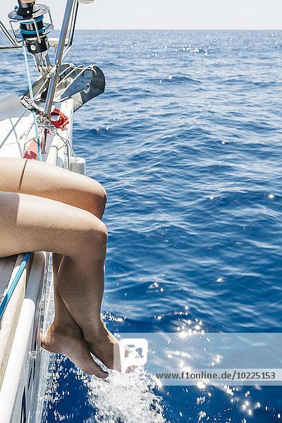 Spanien  Mallorca  Frau auf Segelboot sitzend Spanien, Mallorca, Frau auf Segelboot sitzend