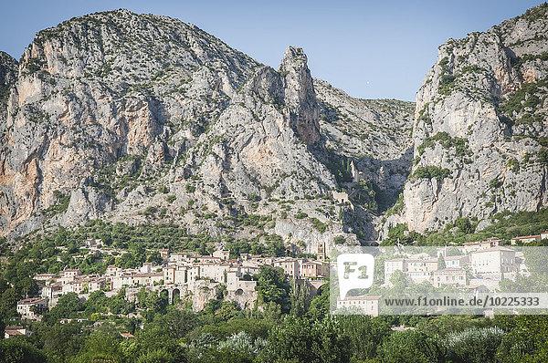 Frankreich  Alpes-de-Haute-Provence  Blick auf das Dorf Moustiers-Sainte-Marie