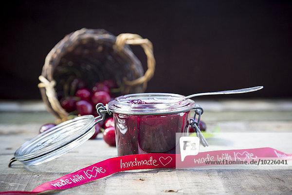 Glas mit Kirschmarmelade und Kirschen  Band  handgemacht