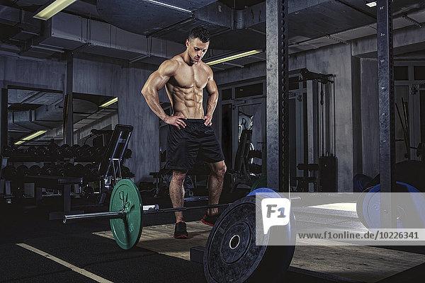 Physischer Athlet bei der Vorbereitung auf das Gewichtheben