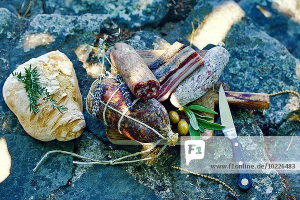 Italien  Toskana  Salsiccia  Pancetta  verschiedene Salami  Brot und Oliven
