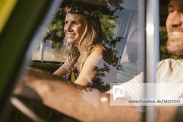 Lächelndes Pärchen im Van auf einem Roadtrip