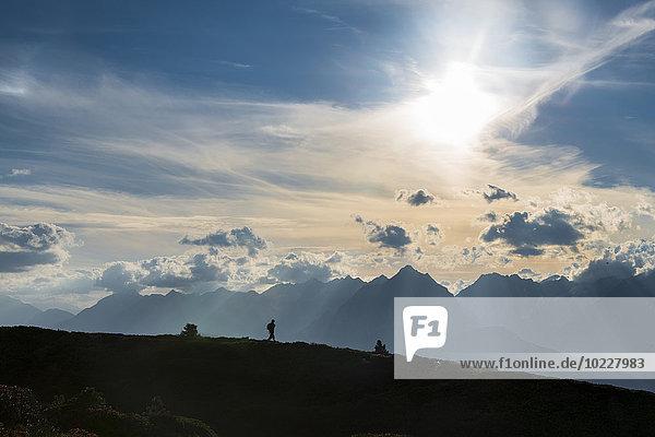 Österreich  Tirol  Wanderer in der Bergwelt