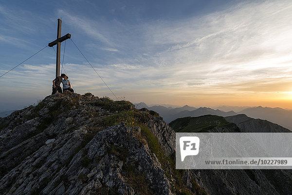 Österreich  Tirol  Pärchen küssen sich auf dem Gipfel
