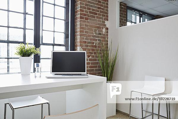 Laptop auf dem Schreibtisch im modernen Büro