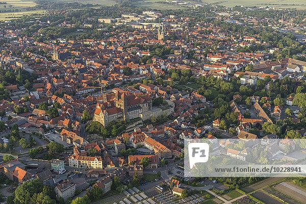 Deutschland  Luftaufnahme von Quedlinburg in der Abenddämmerung